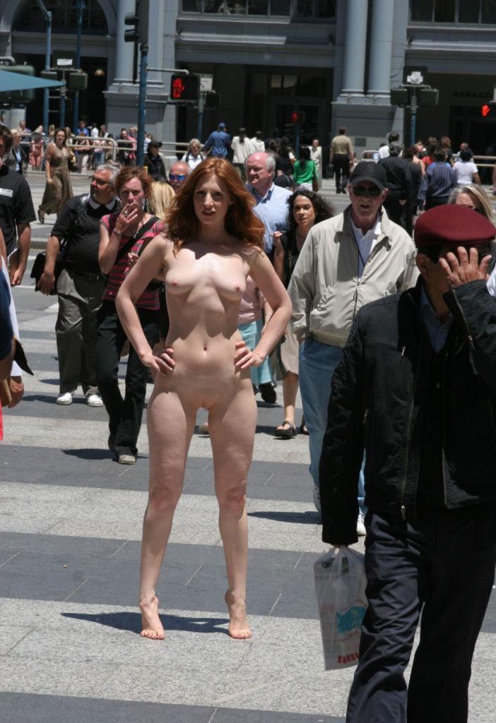 【全裸】街中で撮影されたガチの露出狂女をご覧ください。。本気やんwwwwww・3枚目