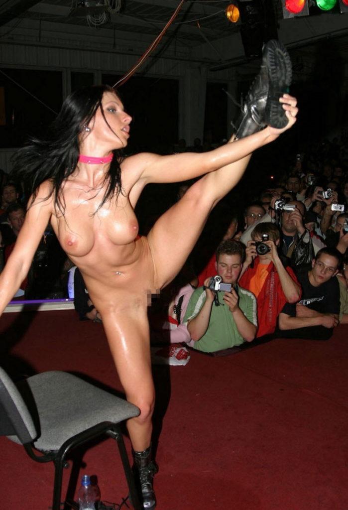 【ストリップ】ステージで全裸の女を撮影するカメラ小僧を撮影した画像まとめwwwww・30枚目