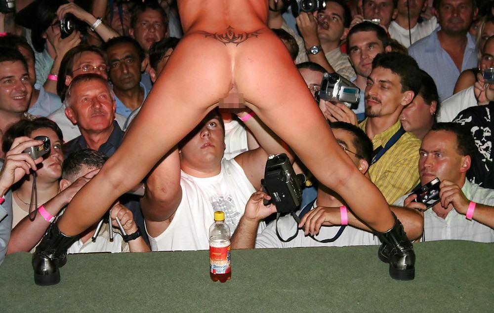 【ストリップ】ステージで全裸の女を撮影するカメラ小僧を撮影した画像まとめwwwww・31枚目