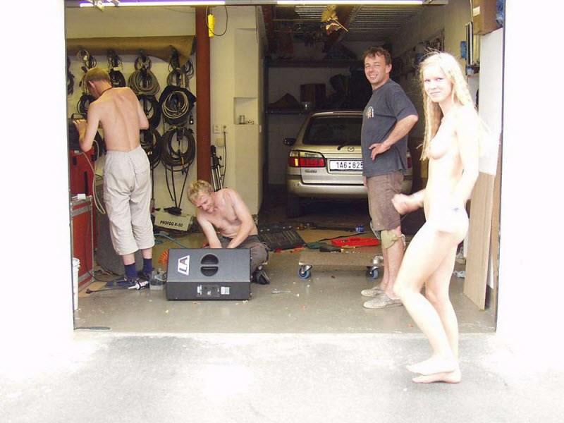 【全裸エロ】観光地で「すっぽんぽん」になるマジキチまんさんのエロ画像38枚・32枚目