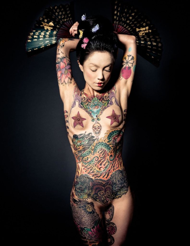 【エロ画像】ヤクザの女?ガッツリ和彫りが入った全裸まんさんをご覧くださいwwwwww・32枚目