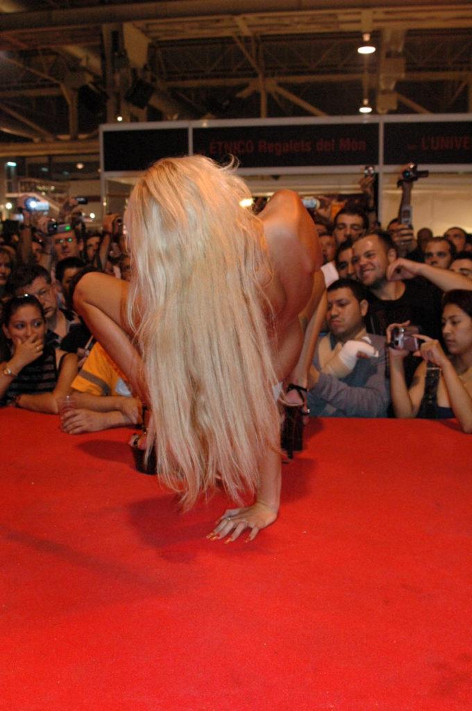 【ストリップ】ステージで全裸の女を撮影するカメラ小僧を撮影した画像まとめwwwww・34枚目