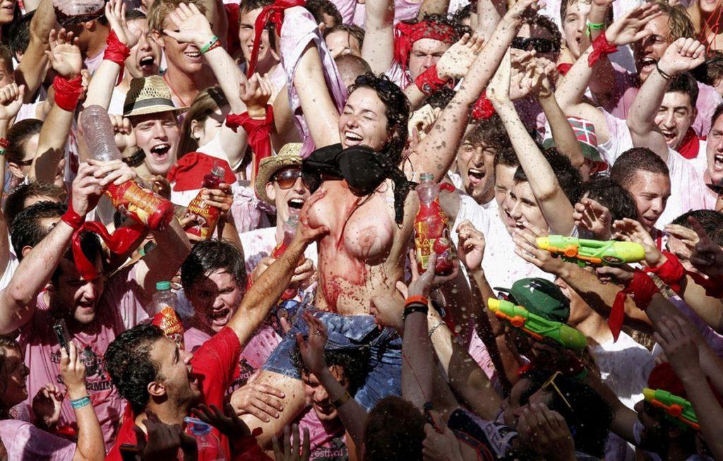 """ガチで""""おっぱい""""揉み放題のスペインのサン・フェルミン祭とかいうイベントwwwww(画像あり)・34枚目"""