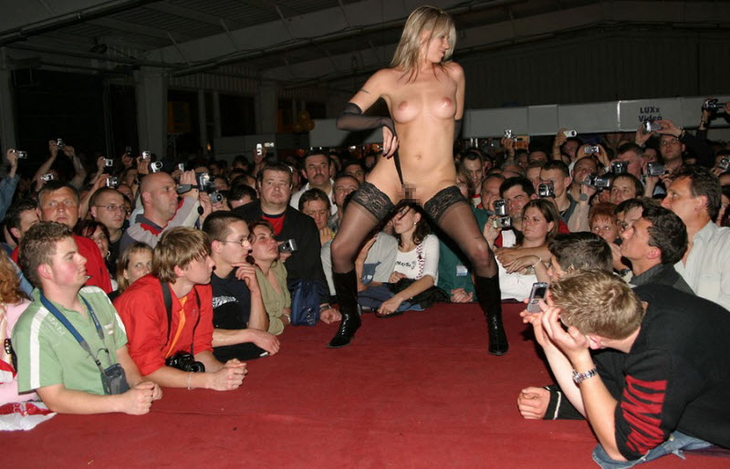 【ストリップ】ステージで全裸の女を撮影するカメラ小僧を撮影した画像まとめwwwww・35枚目