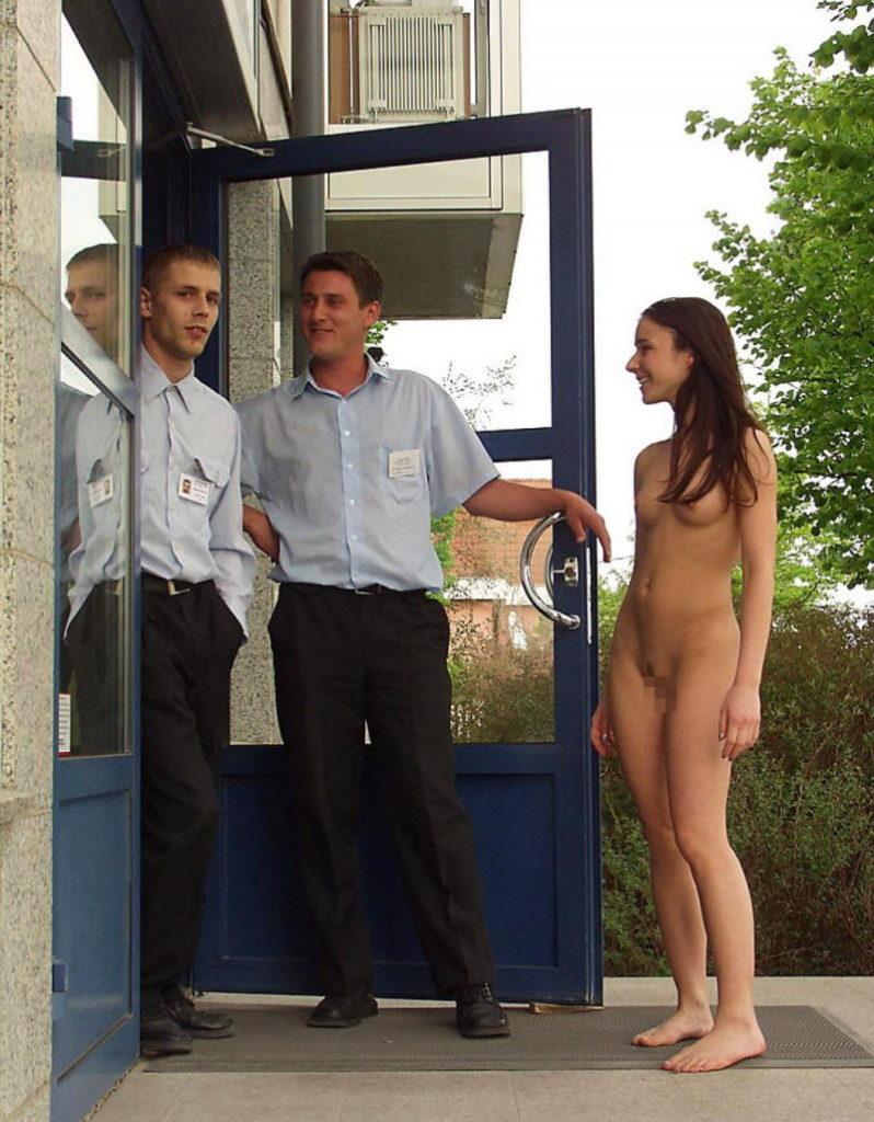 【全裸エロ】観光地で「すっぽんぽん」になるマジキチまんさんのエロ画像38枚・35枚目