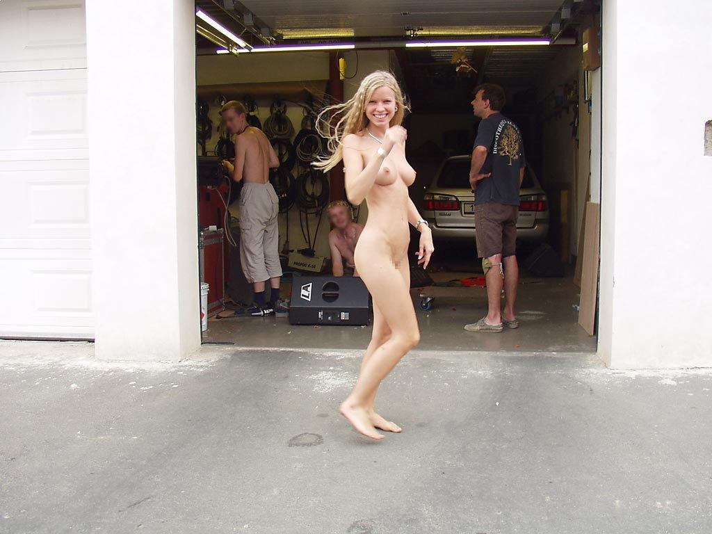 【全裸】街中で撮影されたガチの露出狂女をご覧ください。。本気やんwwwwww・36枚目