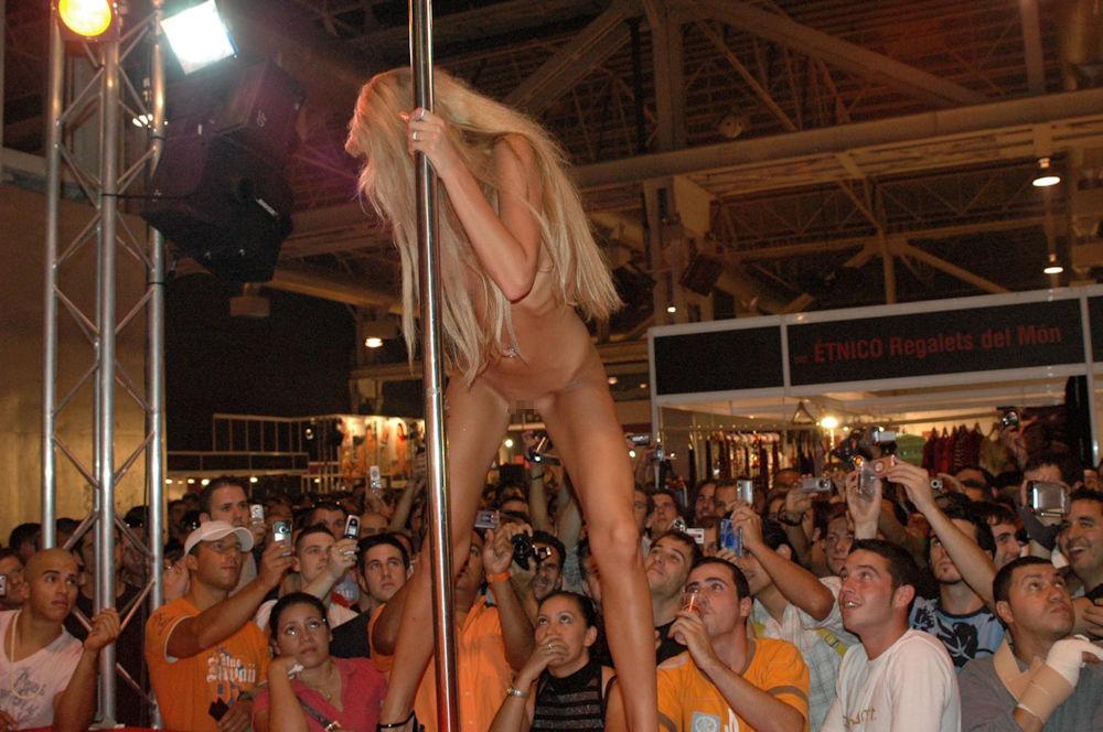 【ストリップ】ステージで全裸の女を撮影するカメラ小僧を撮影した画像まとめwwwww・36枚目