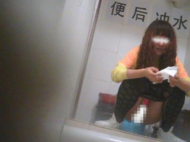 【盗撮】中国人女子さん、トイレの欠点を利用されガッツリ撮られる。。(36枚)・34枚目