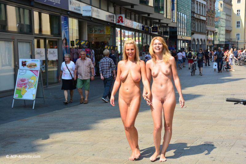 【全裸エロ】観光地で「すっぽんぽん」になるマジキチまんさんのエロ画像38枚・37枚目