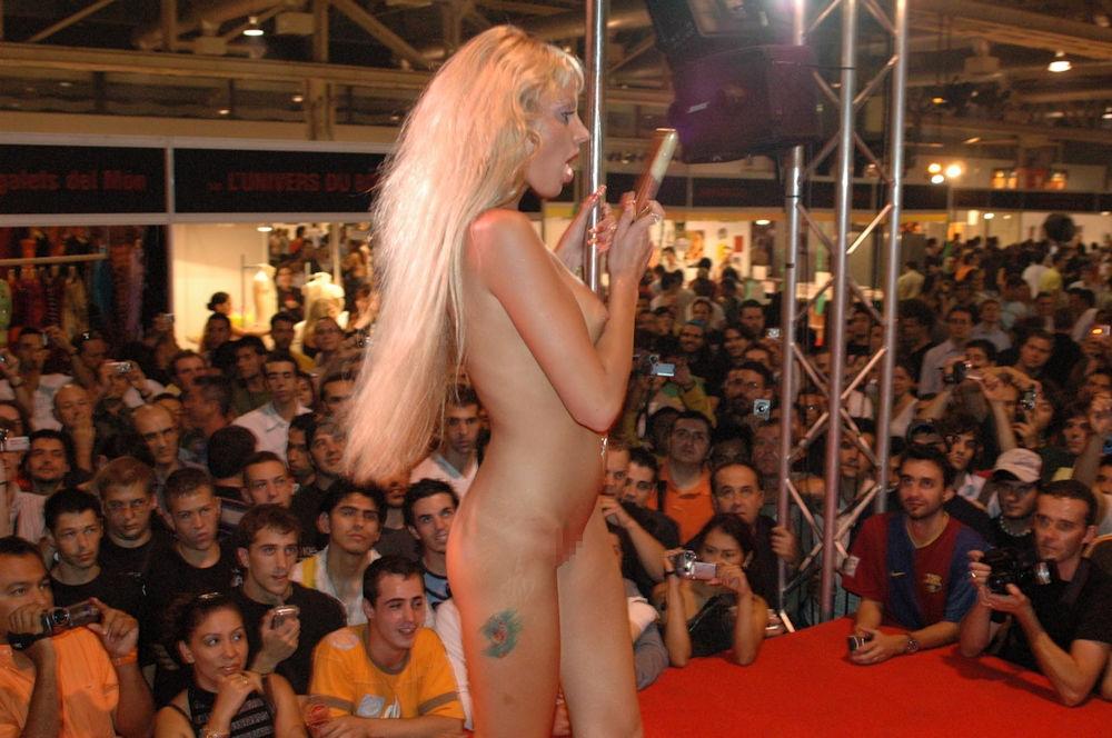 【ストリップ】ステージで全裸の女を撮影するカメラ小僧を撮影した画像まとめwwwww・4枚目