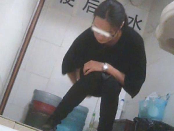 【盗撮】中国人女子さん、トイレの欠点を利用されガッツリ撮られる。。(36枚)・5枚目