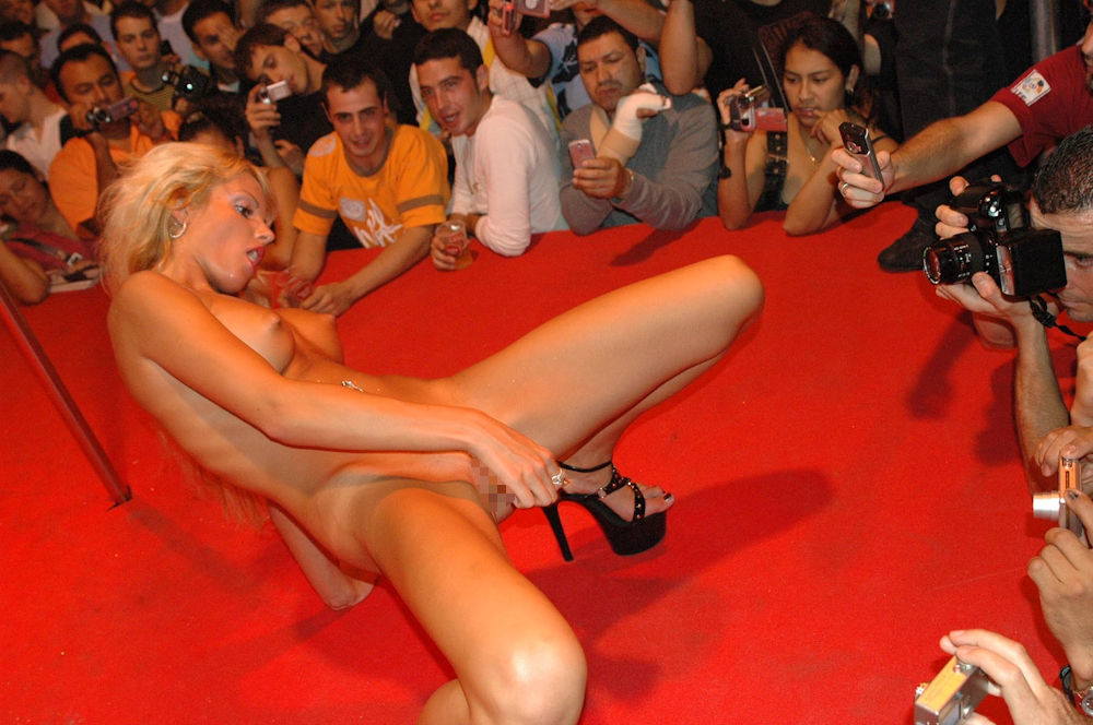 【ストリップ】ステージで全裸の女を撮影するカメラ小僧を撮影した画像まとめwwwww・6枚目