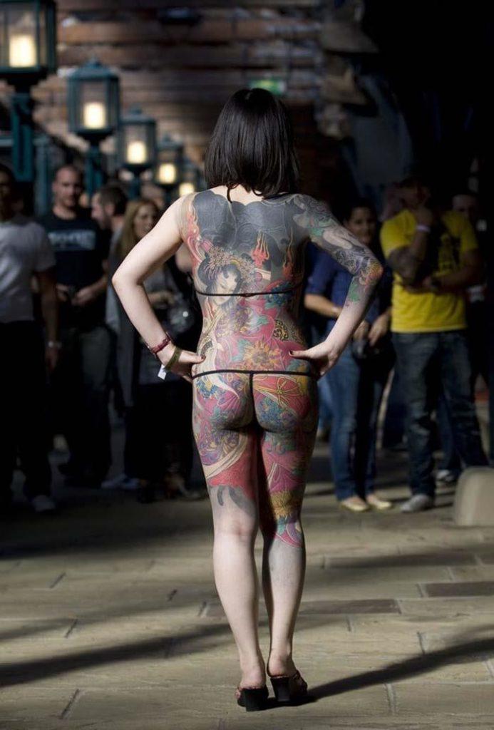 【エロ画像】ヤクザの女?ガッツリ和彫りが入った全裸まんさんをご覧くださいwwwwww・6枚目