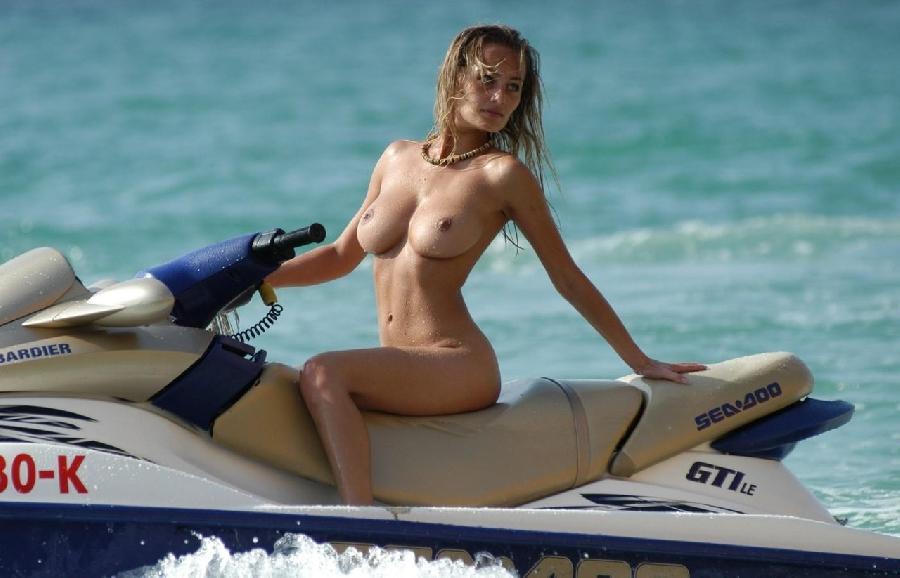 【全裸】解放感を求めすぎたマリンスポーツを楽しむ女たち格好がコレwwwwwww・6枚目