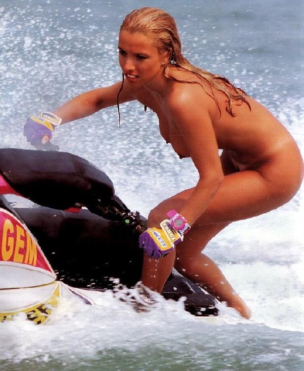 【全裸】解放感を求めすぎたマリンスポーツを楽しむ女たち格好がコレwwwwwww・7枚目