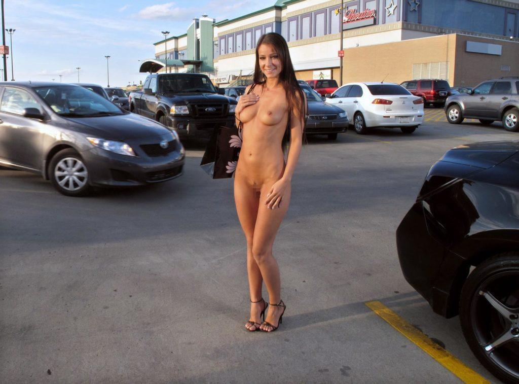 【全裸】街中で撮影されたガチの露出狂女をご覧ください。。本気やんwwwwww・7枚目