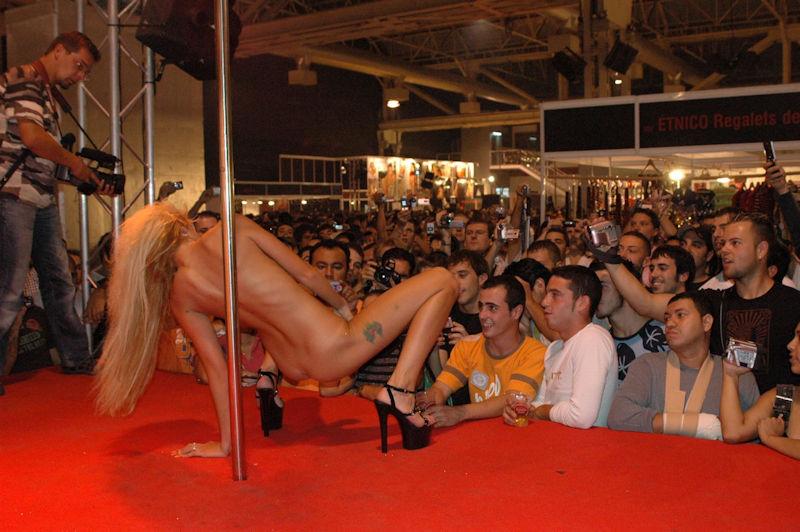 【ストリップ】ステージで全裸の女を撮影するカメラ小僧を撮影した画像まとめwwwww・8枚目