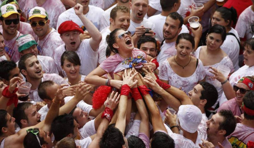 """ガチで""""おっぱい""""揉み放題のスペインのサン・フェルミン祭とかいうイベントwwwww(画像あり)・8枚目"""