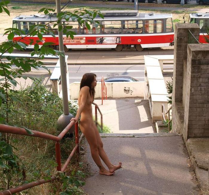 【全裸】街中で撮影されたガチの露出狂女をご覧ください。。本気やんwwwwww・8枚目