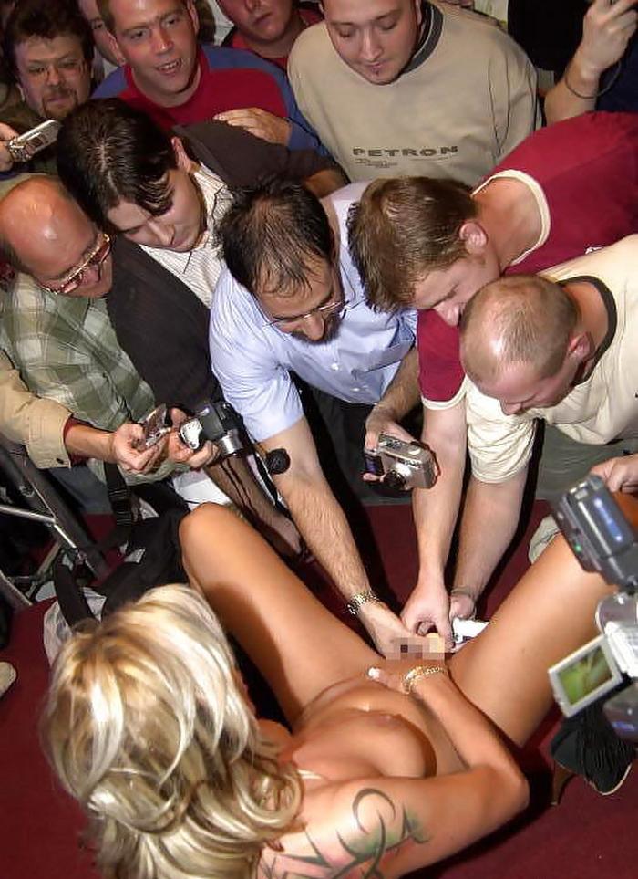 【ストリップ】ステージで全裸の女を撮影するカメラ小僧を撮影した画像まとめwwwww・9枚目
