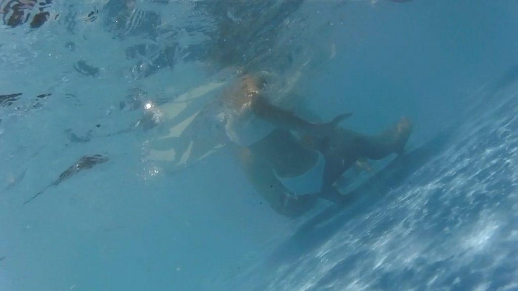 プールで楽しむ女さん、中でオシッコしてる事がバレる。。これは恥ずいわ・・・(画像あり)・1枚目