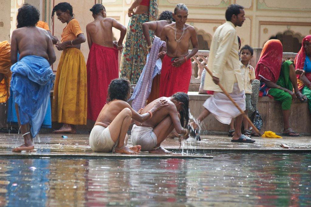 【日本人】ガンジス川で沐浴してる日本女さん、ええ乳しとるwwwwww(画像あり)・1枚目