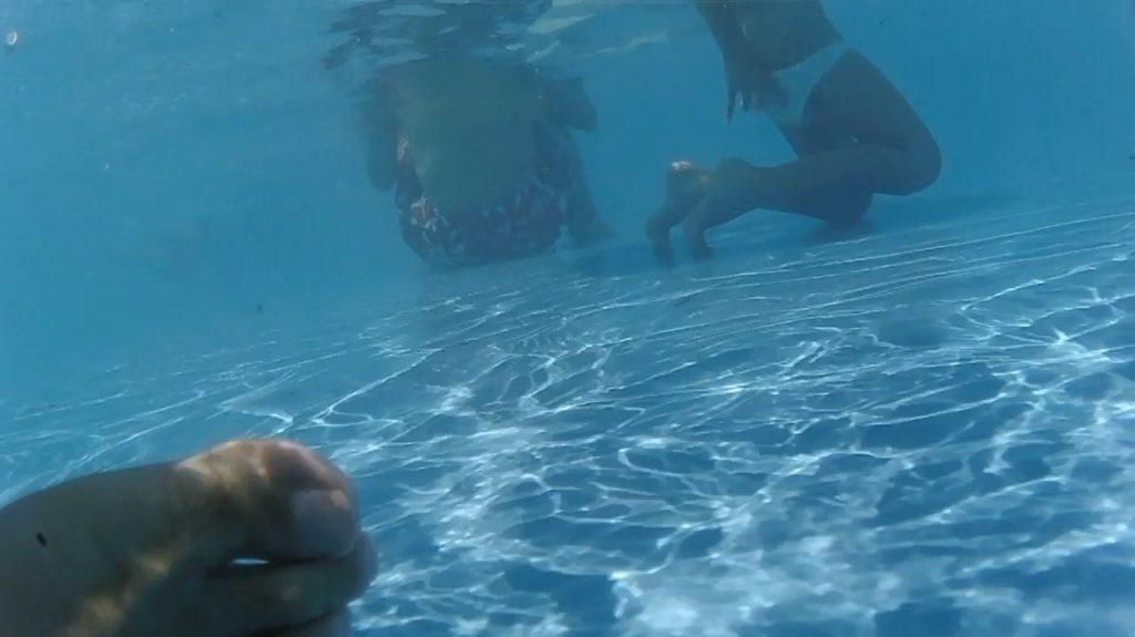 プールで楽しむ女さん、中でオシッコしてる事がバレる。。これは恥ずいわ・・・(画像あり)・2枚目
