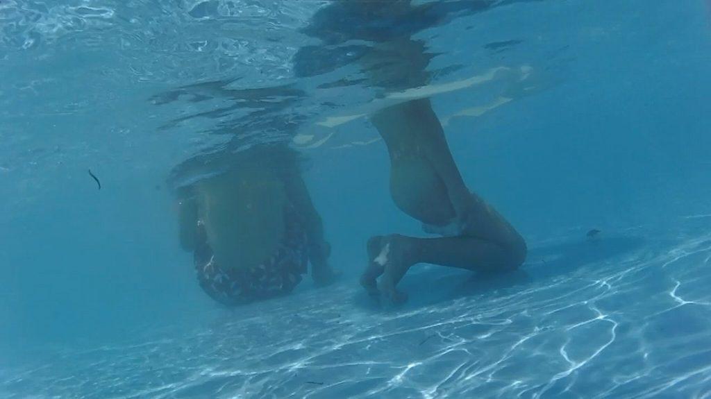 プールで楽しむ女さん、中でオシッコしてる事がバレる。。これは恥ずいわ・・・(画像あり)・3枚目