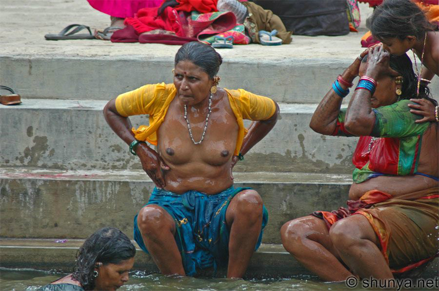 【日本人】ガンジス川で沐浴してる日本女さん、ええ乳しとるwwwwww(画像あり)・10枚目
