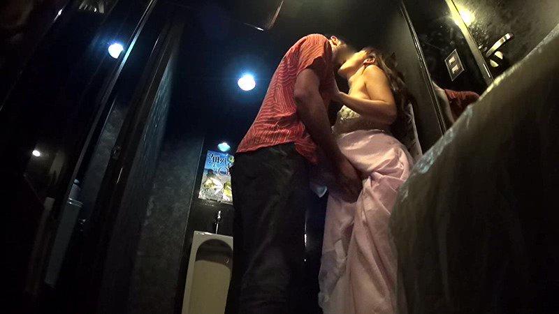 【エロ画像】キャバ嬢に禁断の行為をした結果。これ罰金取られるやつwwwwww・10枚目