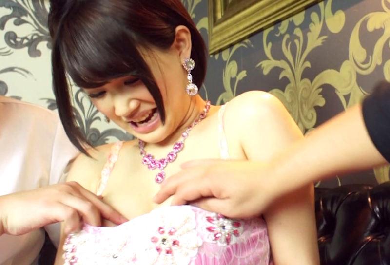【エロ画像】キャバ嬢に禁断の行為をした結果。これ罰金取られるやつwwwwww・11枚目