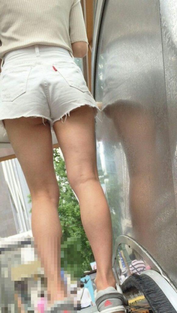 【盗撮】パンツを逆さ撮りされた中国・韓国まんさん。撮り方が大胆すぎwwwwwww(画像あり)・15枚目