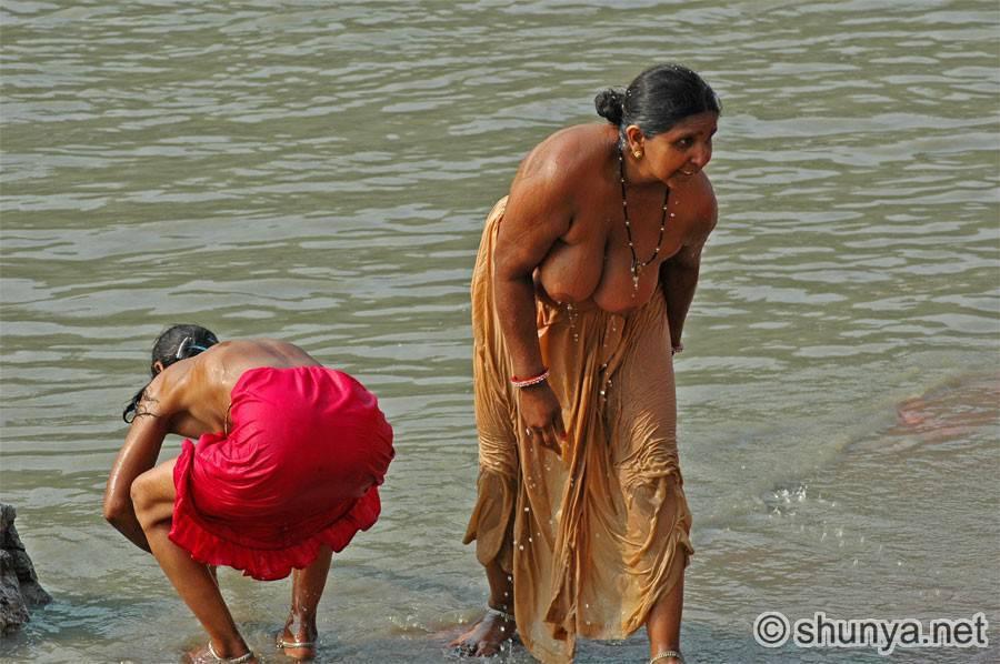 【日本人】ガンジス川で沐浴してる日本女さん、ええ乳しとるwwwwww(画像あり)・17枚目