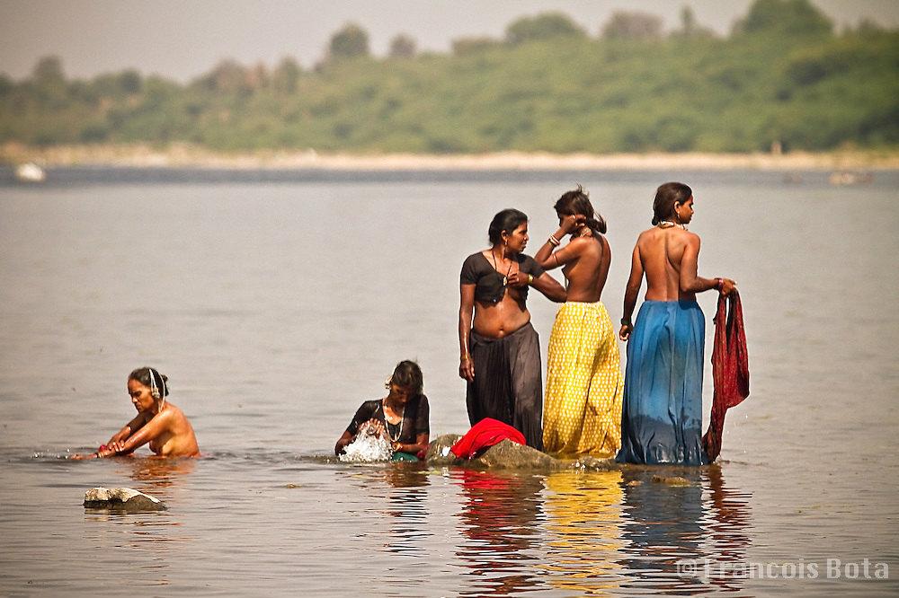 【日本人】ガンジス川で沐浴してる日本女さん、ええ乳しとるwwwwww(画像あり)・19枚目