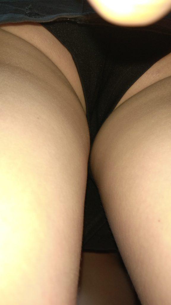 【盗撮】パンツを逆さ撮りされた中国・韓国まんさん。撮り方が大胆すぎwwwwwww(画像あり)・2枚目