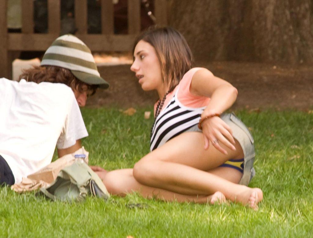 【パンチラ】広場でくつろいでる素人女子さんのパンチラ盗撮したったwwwwww(38枚)・20枚目