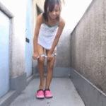 【エロGIF】パンティ脱いでる最中の女さん、陰からこっそり撮影されるwwwww