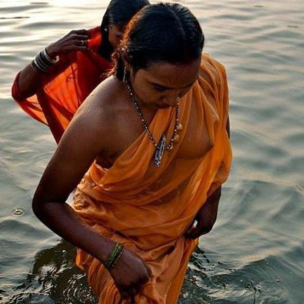 【日本人】ガンジス川で沐浴してる日本女さん、ええ乳しとるwwwwww(画像あり)・22枚目
