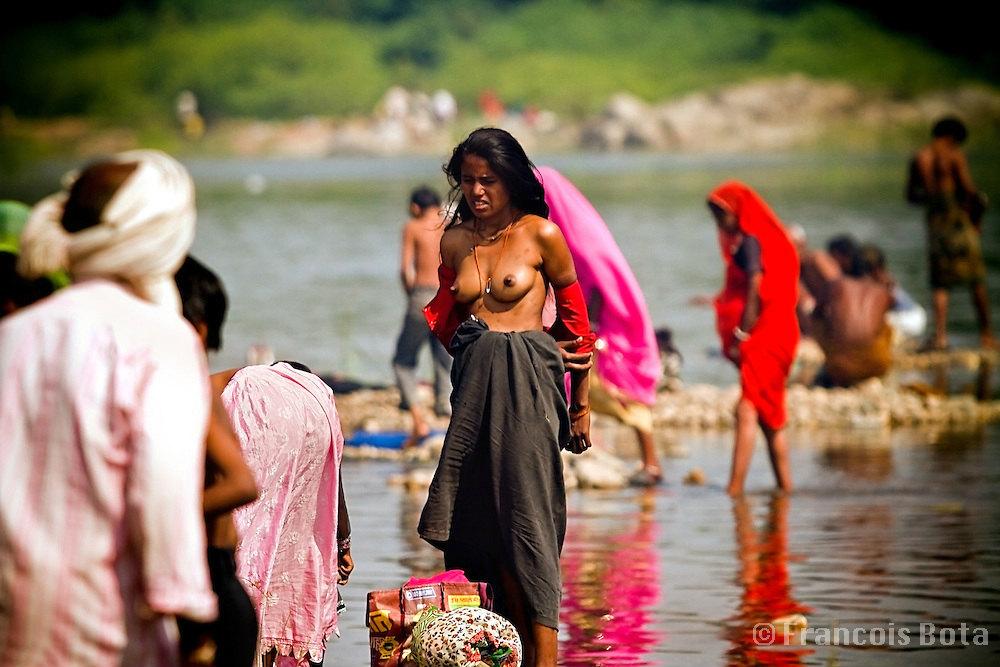 【日本人】ガンジス川で沐浴してる日本女さん、ええ乳しとるwwwwww(画像あり)・23枚目