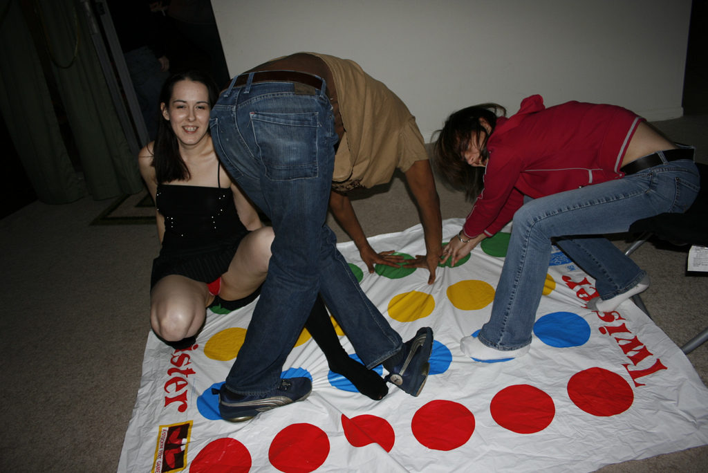 TVなのにミニスカ女子にツイスターゲームやらせた神番組をご覧くださいwwwww(GIFあり)・24枚目