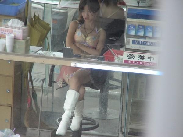 """ほぼ""""全裸""""の台湾ビンロウ売り女子の日常をご覧くださいwwwwwww(36枚)・26枚目"""