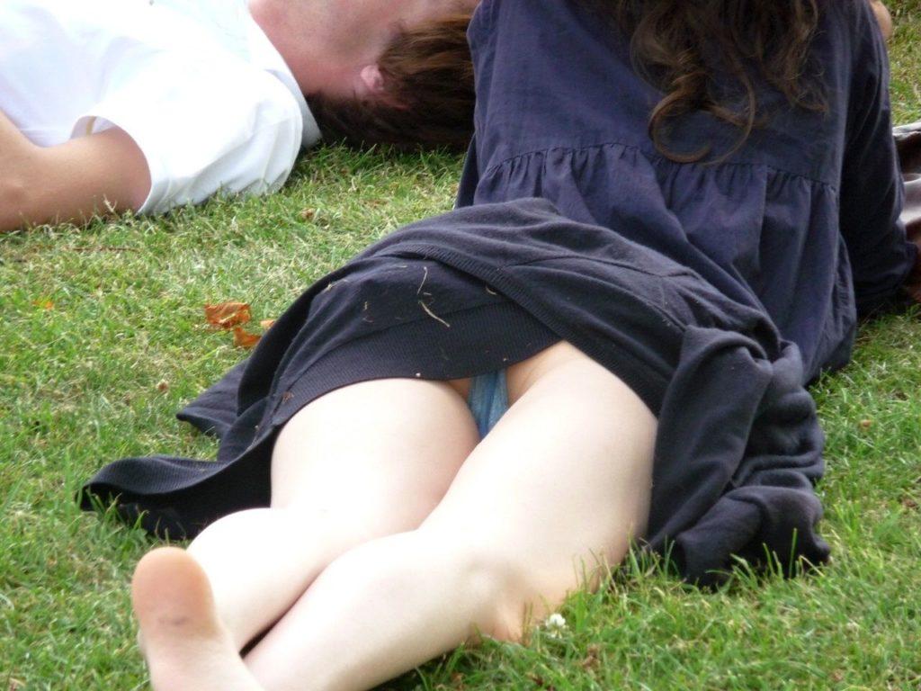 【パンチラ】広場でくつろいでる素人女子さんのパンチラ盗撮したったwwwwww(38枚)・27枚目