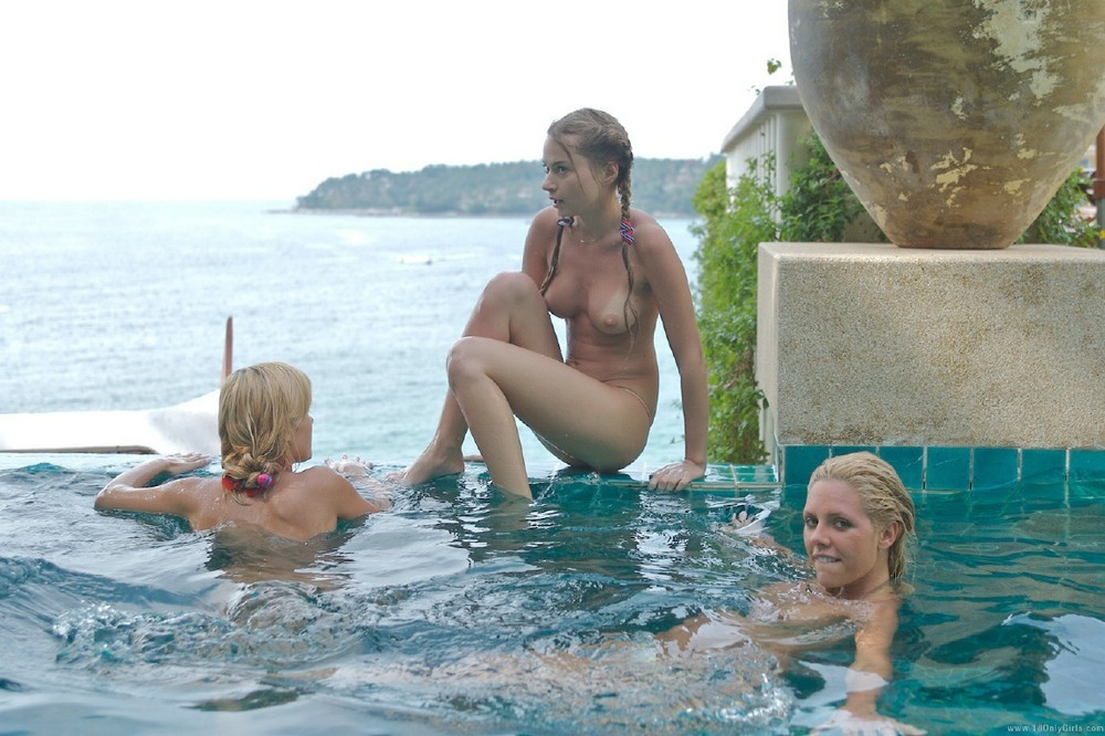 【全裸】一般のプールに参上したガチ全裸女が海外で撮影されるwwwwww(画像あり)・27枚目