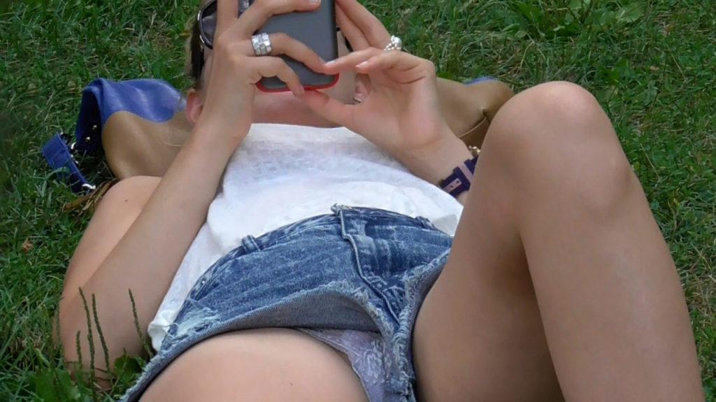 【パンチラ】広場でくつろいでる素人女子さんのパンチラ盗撮したったwwwwww(38枚)・28枚目