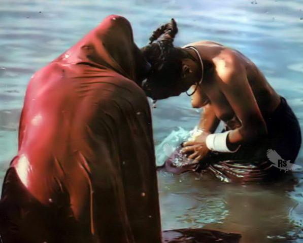 【日本人】ガンジス川で沐浴してる日本女さん、ええ乳しとるwwwwww(画像あり)・28枚目