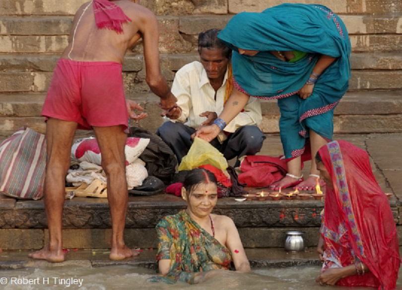 【日本人】ガンジス川で沐浴してる日本女さん、ええ乳しとるwwwwww(画像あり)・3枚目