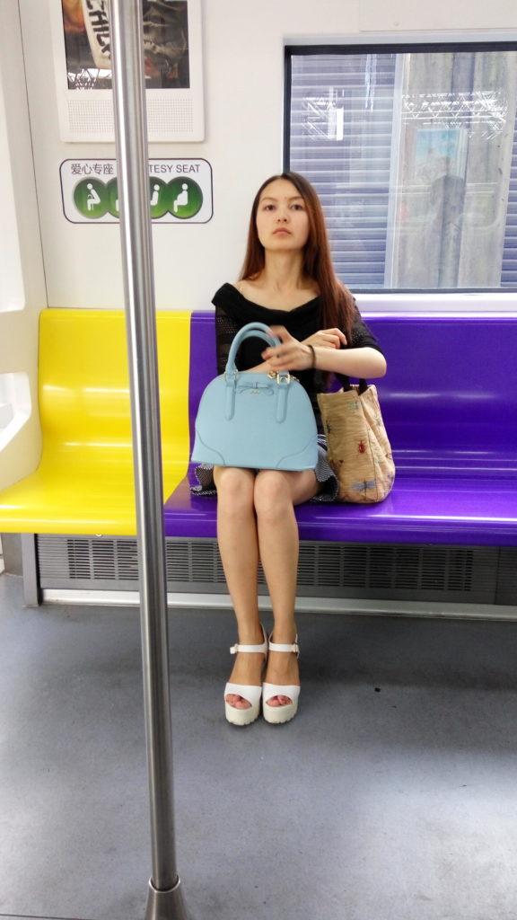 【盗撮】パンツを逆さ撮りされた中国・韓国まんさん。撮り方が大胆すぎwwwwwww(画像あり)・3枚目