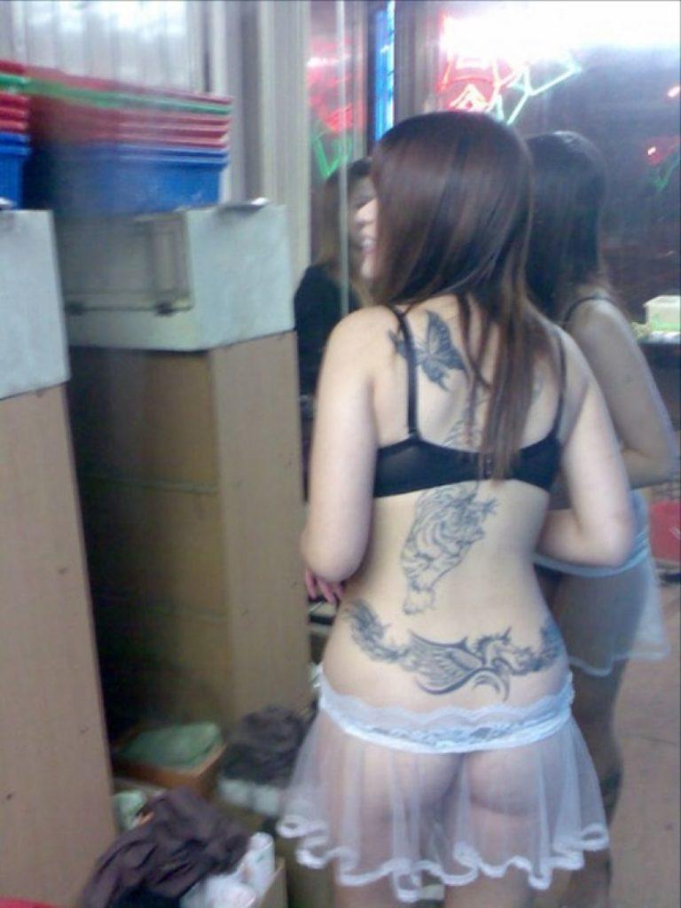 """ほぼ""""全裸""""の台湾ビンロウ売り女子の日常をご覧くださいwwwwwww(36枚)・3枚目"""
