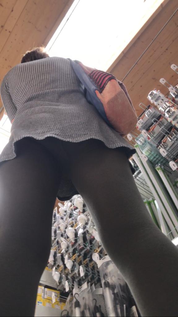 【盗撮】パンツを逆さ撮りされた中国・韓国まんさん。撮り方が大胆すぎwwwwwww(画像あり)・32枚目