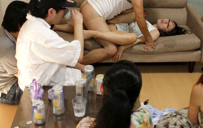 【エロ画像】知らない人に見られても全く平気なマジキチの公開SEXがこれwwwww・35枚目